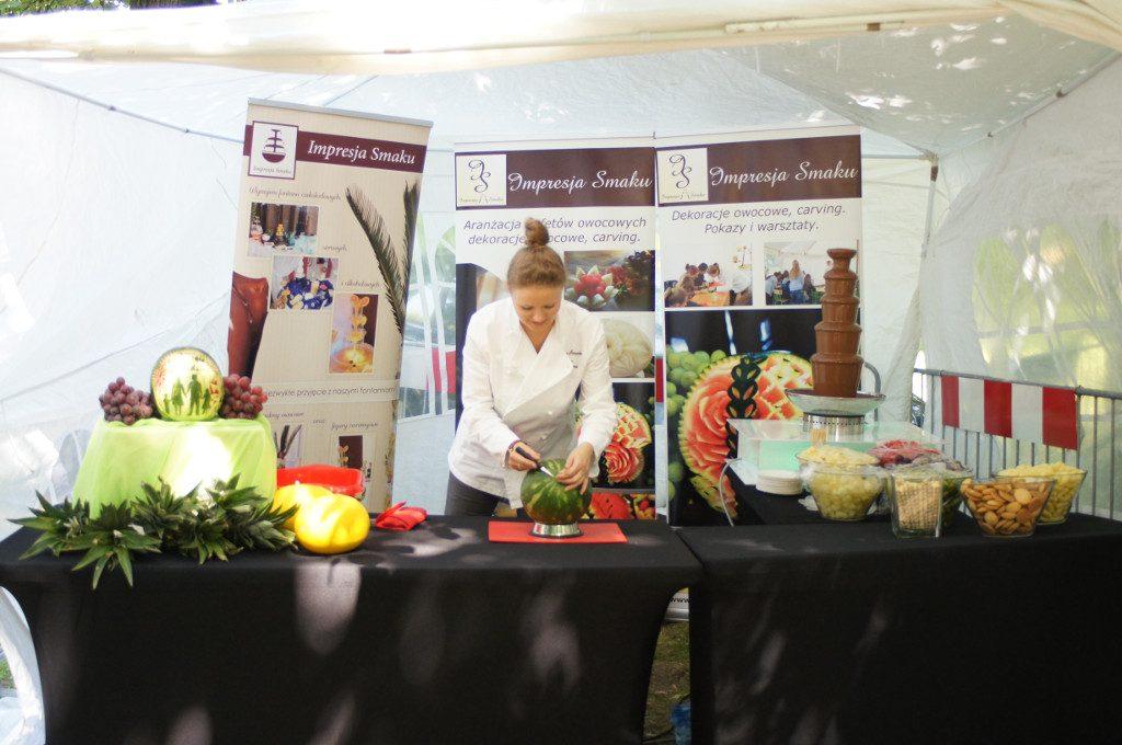 pokaz carvingu, dekoracje owocowe, stół owocowy, bufet z owocami, fontanny czekoladowe, fontanny alkoholowe