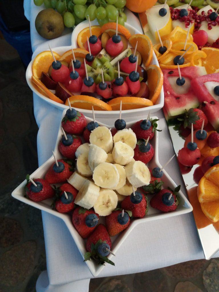 Palma owocowa, stół z owocami na przyjęcie weselne, imprezę firmową, bankiet Warszawa, Poznań, Łódź, carving Jaworowy Dom