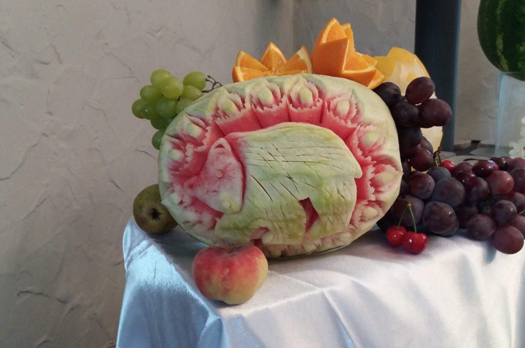 stół owocowy, carving, dekoracje w owocwach, rzeźbione arbuzy, Koło, Turek, Łódź