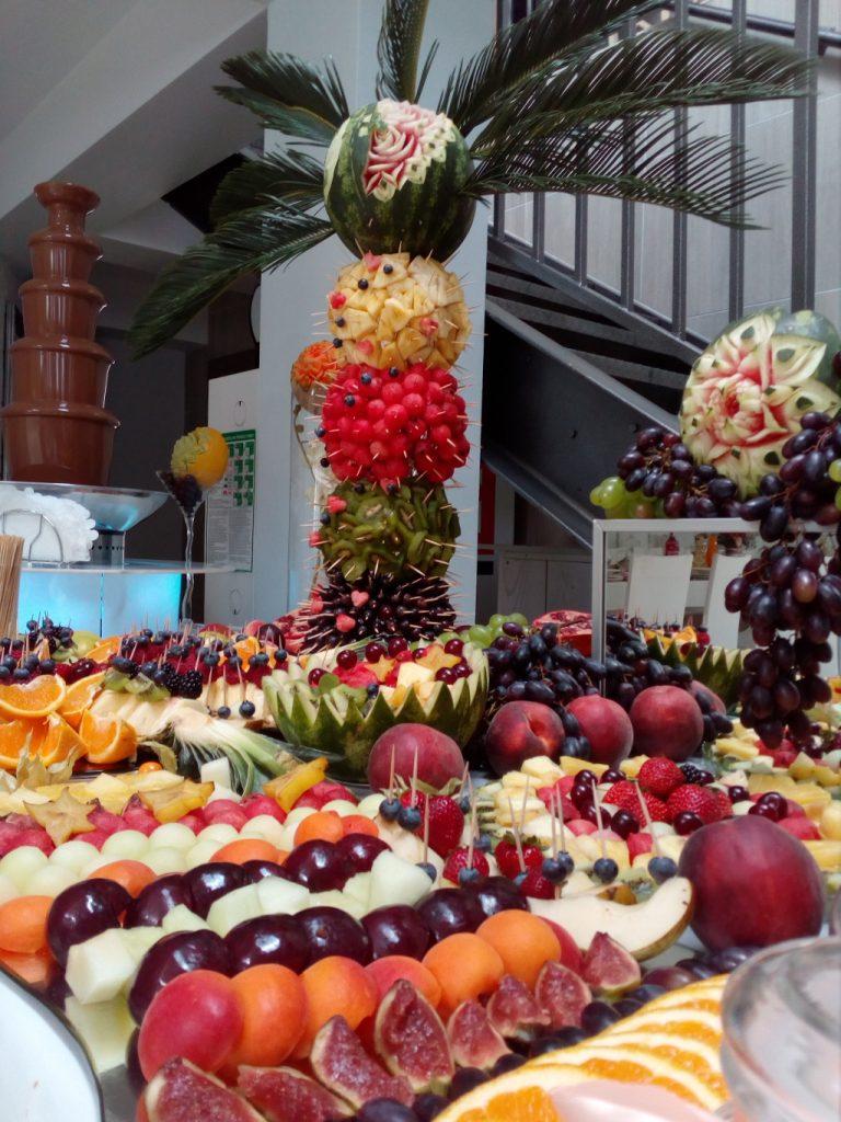 fruit bar, bufet owocowy, stół z owocami, fruit carving, dekoracje owocowe Łódź, Turek, Koło, Piotrków Trybunalski