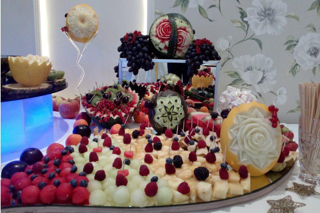 fruit carving, stół z owocami, dekoracje owocowe Restauracja Amuza w Grudziądzu