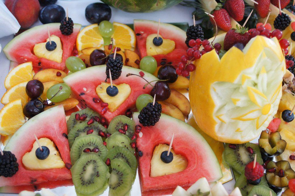 dekoracje owocowe, carving, stół z owocami