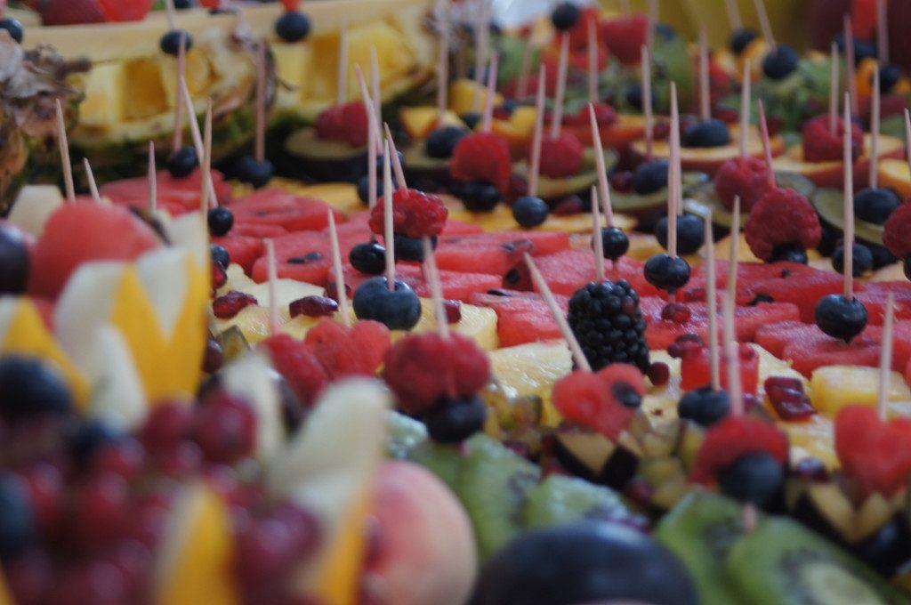 fantazyjne dekoracje z owoców, bufet owocowy, owocowy kącik,carving, stół owocowy