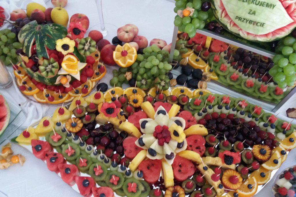 fantazyjne dekoracje z owoców i warzyw