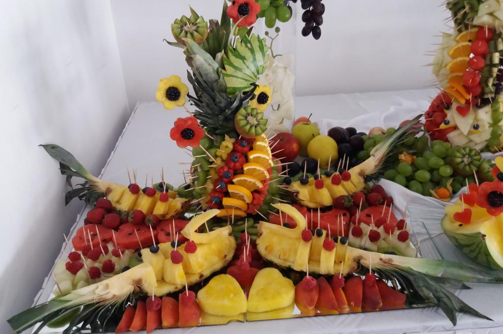 fruit bar, fruit carving, dekoracje owocowe, stół z owocami