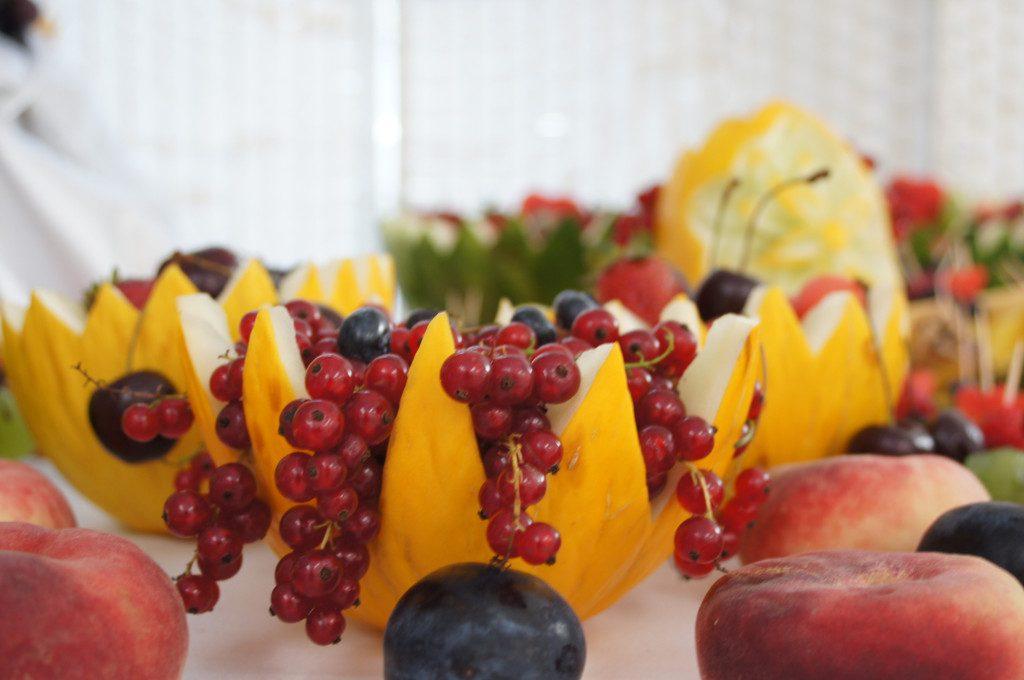 kosze owocowe, fruit carving, dekoracje z owoców, stoły z owocami