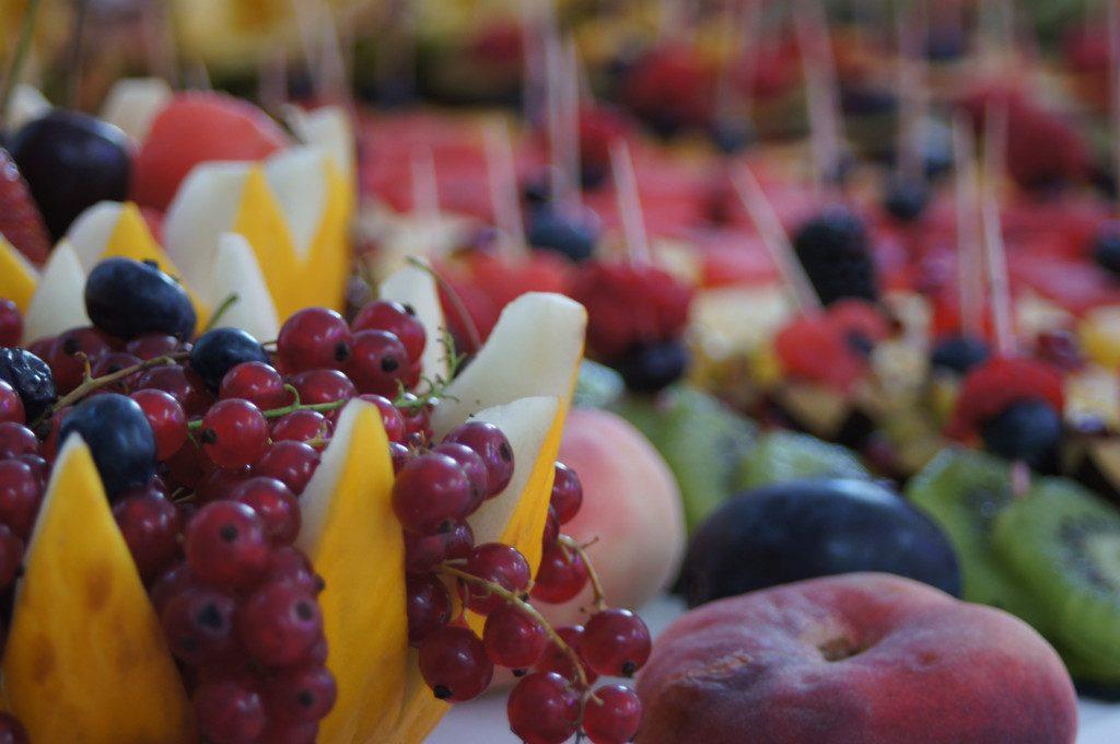 owoce na wesele, bankiet, stół z owocami, carving, dekoracje owocowe