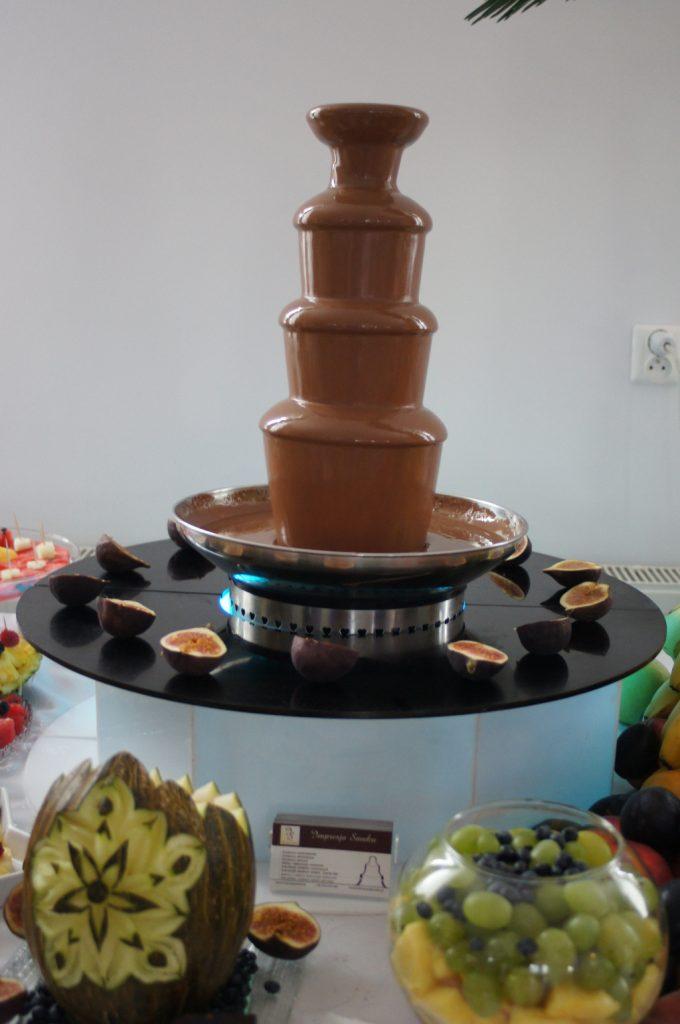 fontanna czekoladowa, stół owocowy, fontanna z czekolady