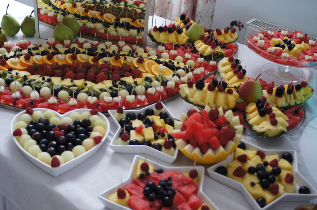 stół z owocami fruit bar, dekoracje owocowe