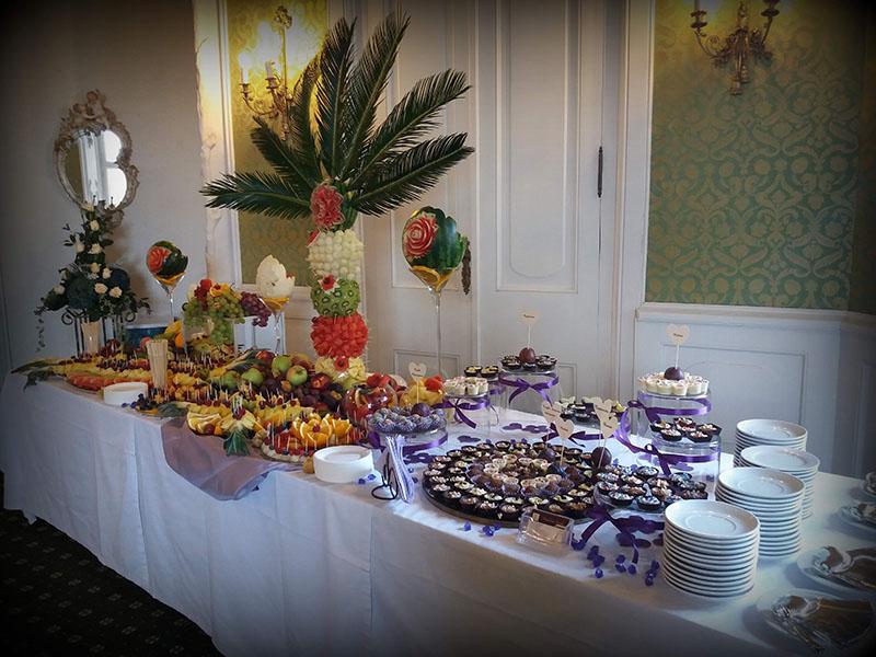 Stół z owocami i słodyczami