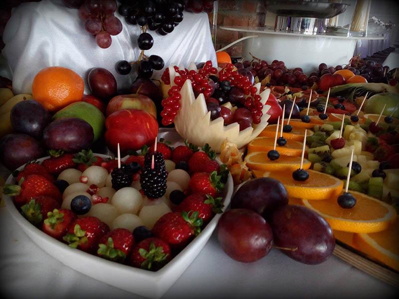 Dekoracje owocowe wraz ze stołem owocowym