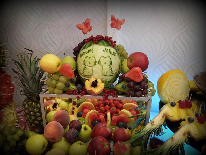 Owocowy bufet i wyrzeźbione owoce