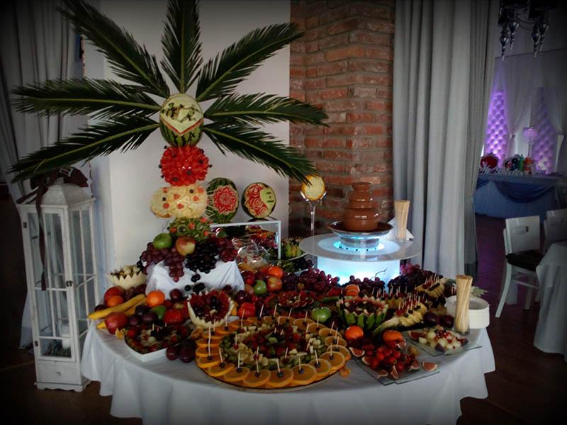 Fontanna czekoladowa i owocowy stół