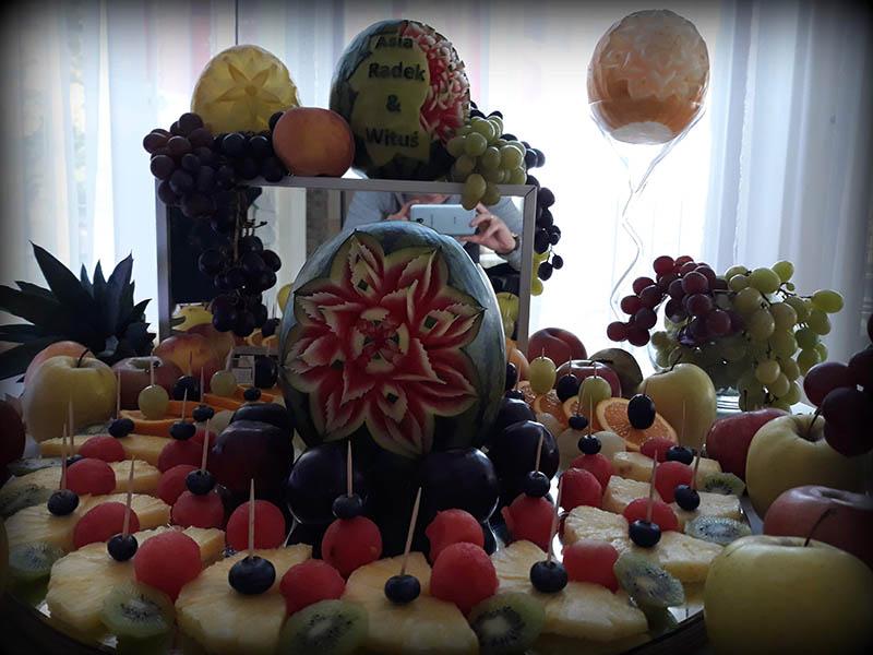 owocowy stół z wyrzeźbionymi owocami