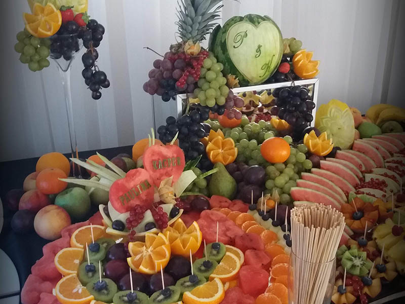 stół owocowy i owoce wyrzeżbione