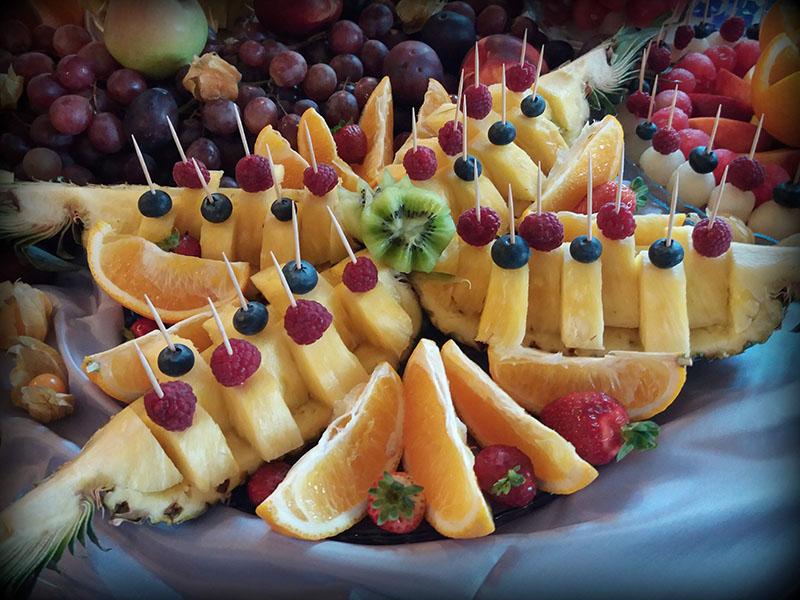 Stól z owocami