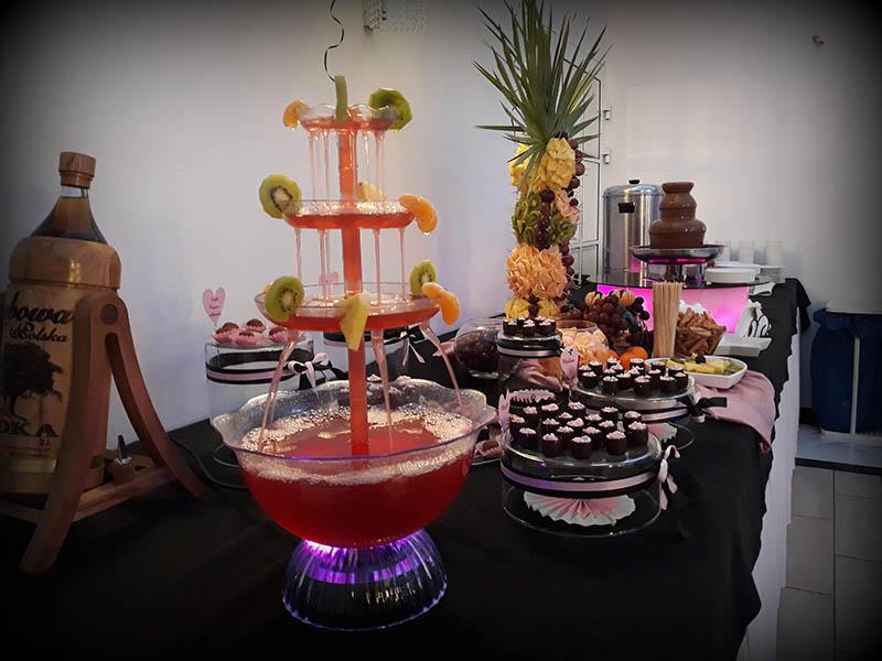 fontanny alkoholowe i stol z owocami