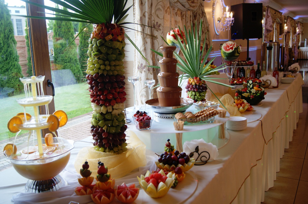fontanna czekoladowa Zegrze Południowe, fontanna czekoladowa Mario, owocowa wyspa, dekoracje z owoców, carving