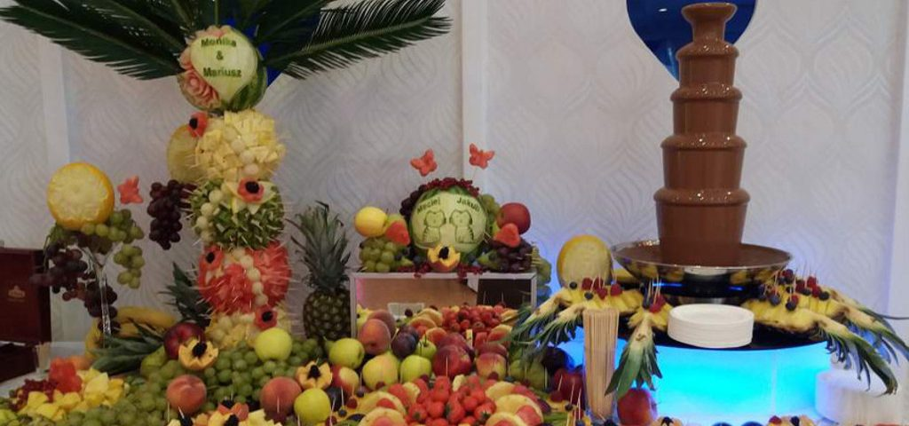 fontanna czekoladowa, bufet owocowy, stół z owocami, fruit carving