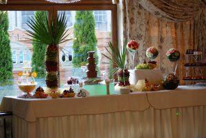 Dekoracyjny owocowy stół, dekoracje carvingowe z owoców, fontanna czekoladowa