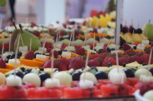 STÓŁ OWOCOWY Dom weselny Jola w Kolnicy, fontanna czekoladowa, stół z owocami, dekoracje owocowe Jola w Kolnicy, bufet owocowy, fruit carving