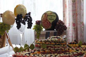 fontanna czekoladowa, stół z owocami, STÓŁ OWOCOWY Dom weselny Jola w Kolnicy, dekoracje owocowe Jola w Kolnicy, bufet owocowy, fruit carving