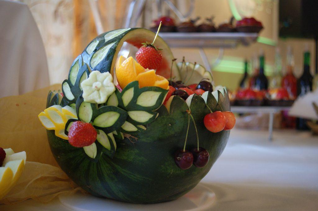 stół z owocami, kosz z arbuza, dekoracje z owoców, stół owocowy, fruit carving Koło, Turek, Łódź, Warszawa.JPG