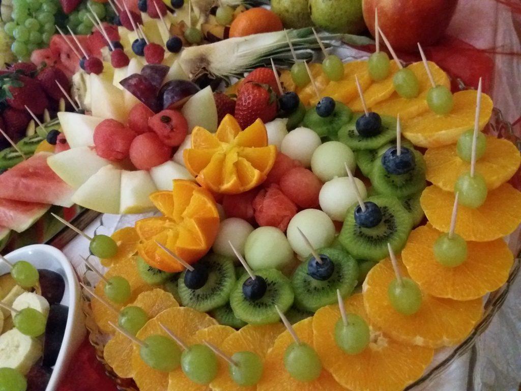 stół z owocami Koło, fontanna czekoladowa Turek, dekoracje owocowe, fruit carving, atrakcje na 18stkę
