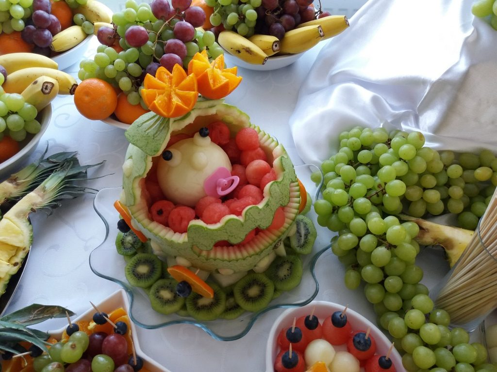 stół z owocami, palma owocowa, dekoracje owocowe, fruit carving na Chrzest, fontanna czekoladowa na Chrzest Św. Dąbie Kujawskie