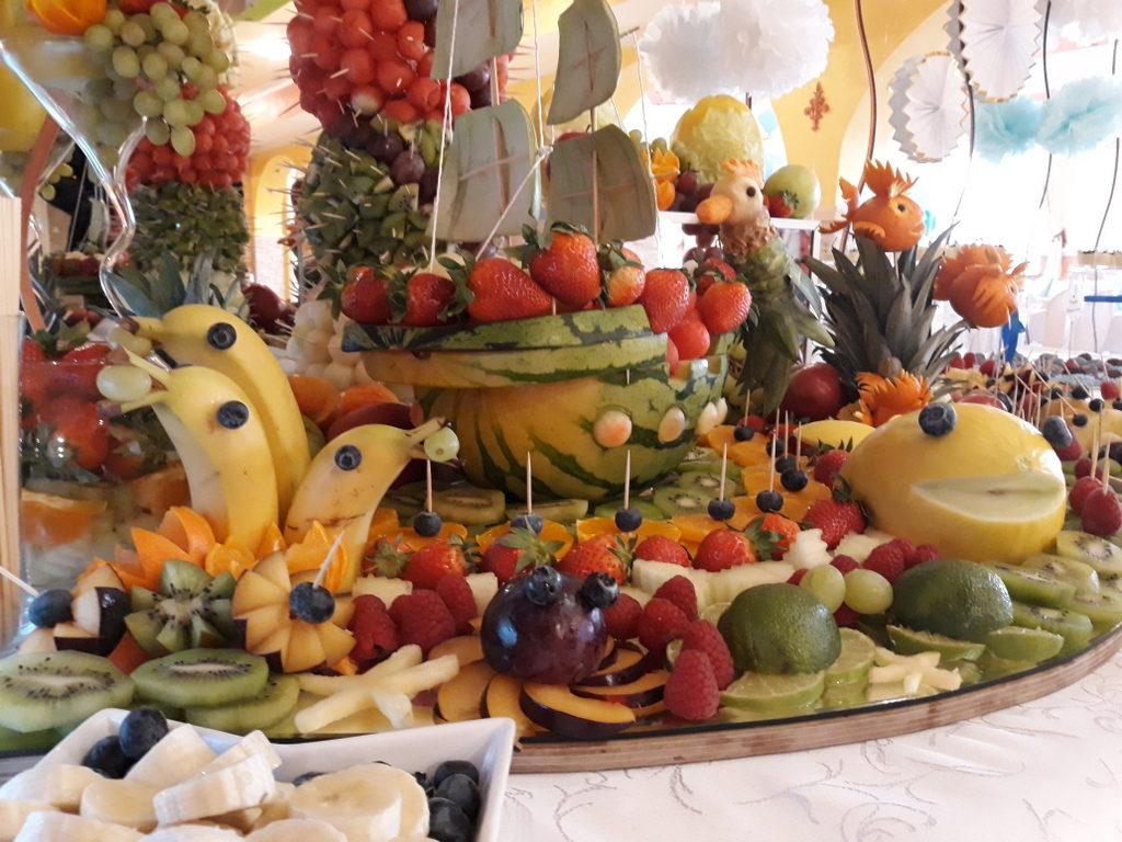 fontanna czekoladowa, stół owocowy, candy bar, dekoracje owocowe, dekoracje balonowe na I Komunię Warszawa, Turek, Łódź