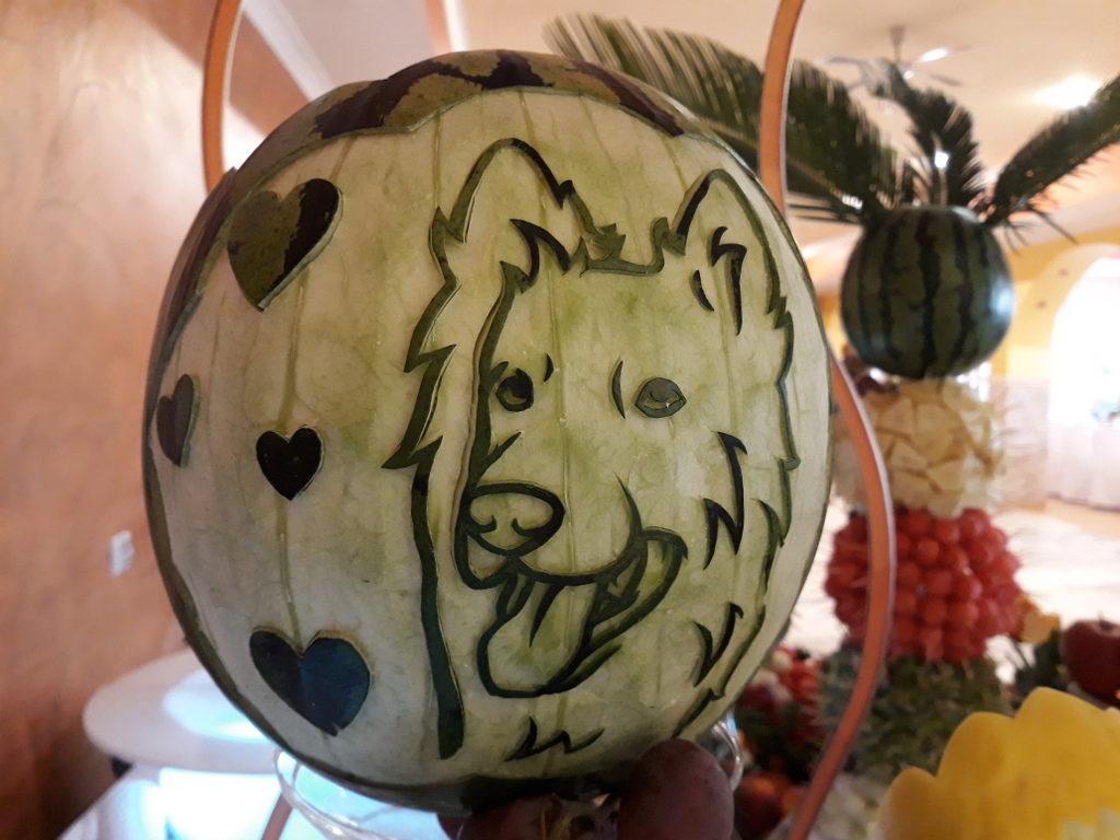 fruit carving, dekoracje owocowe, pies, pupil, stół z owocami Izbica Kujawska Restauracja Kolorowa