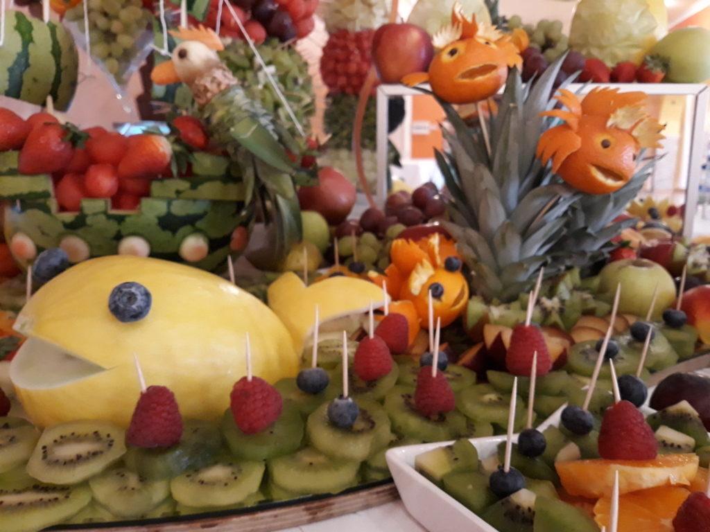 fruit carving, dekoracje owocowe,owocowa wyspa, owocowe rybki, owoce dla dzieci, stół z owocami na I Komunię, stół z owo