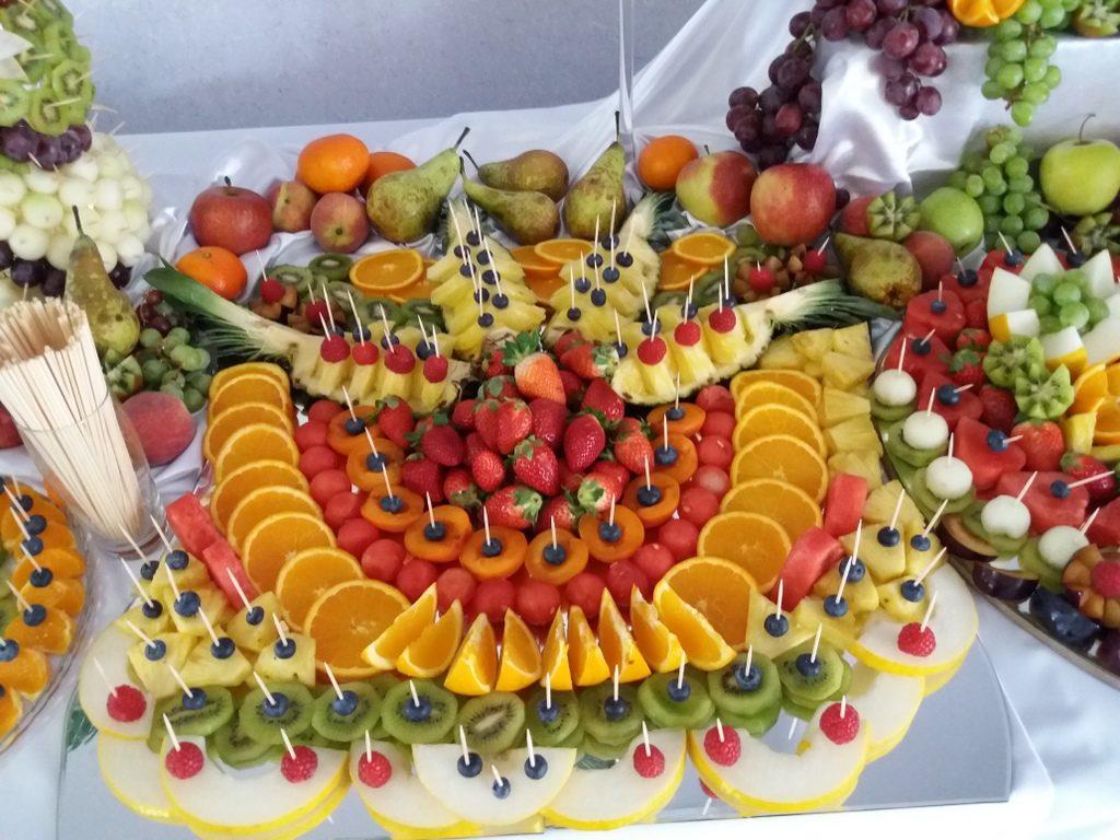 stół z owocami, fontanna czekoladowa, dekoracje owocowe, fruit carving Kleczew, Konin, Turek, Koło