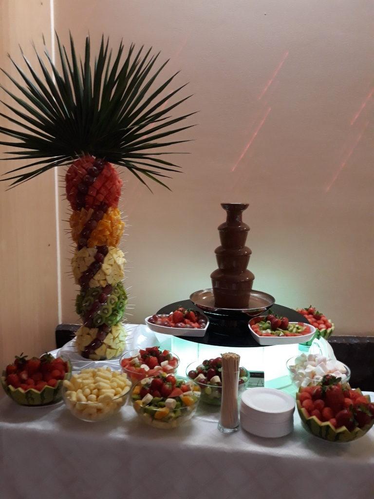 fontanna czekoladowa Poznań, fontanna czekoladowa Śrem, palma owocowa, atrakcje na 40 lecie ślubu, Restauracja Relax w Śremie
