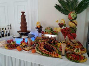 fontanna czekoladowa, stół owocowy, palma owocowa, fruit carving, fruit bar, dekoracje owocowe Biały Pałac