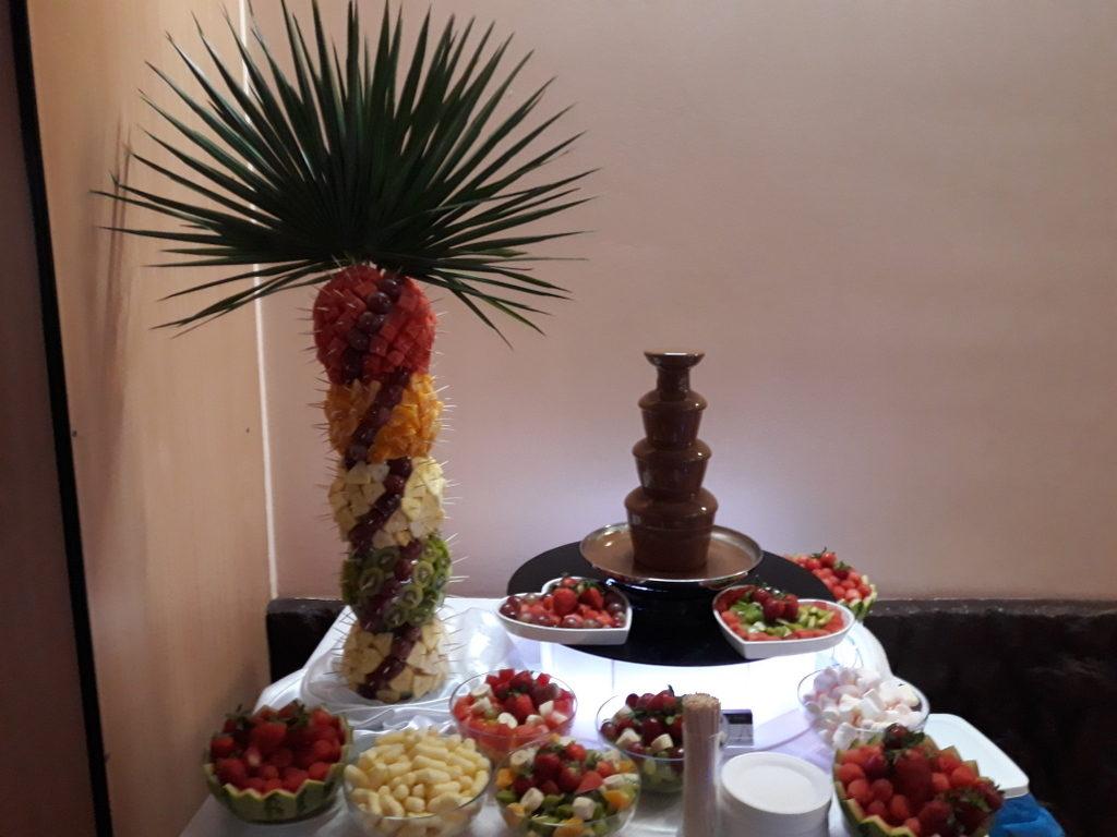 fontanna z czekolady Poznań, fontanna czekoladowa Śrem, palma owocowa, atrakcje na 40 lecie ślubu, Restauracja Relax w Śremie