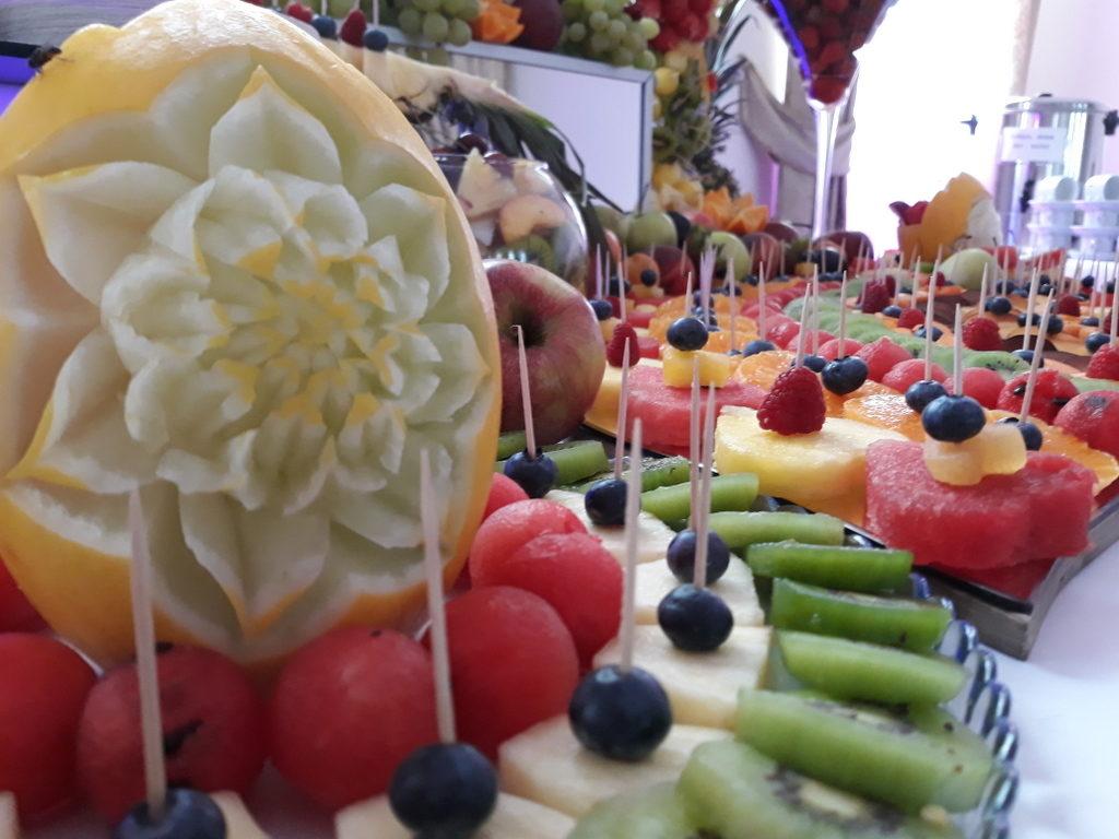 fruit carving, stół z owocami, fruit bar Zajazd Europejski