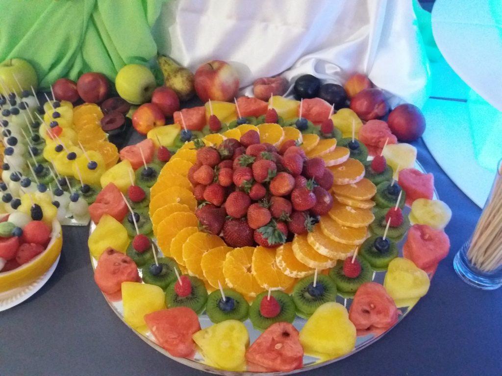 lustra z owocami, fruit carving, dekoracje owocowe, fruit bar, stół owocowy Moran Spa Powidz