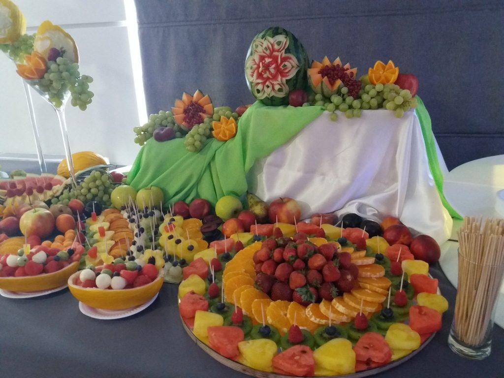 stół z owocami, fruit carving, dekoracje owocowe, fruit bar, stół owocowy Moran Spa Powidz