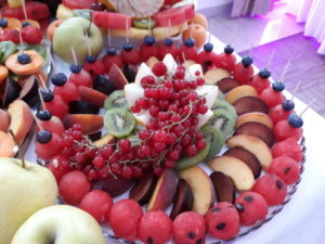 stół z owocami, stół owocowy, dekoracje owocowe, fruit bar Zajazd Europejski