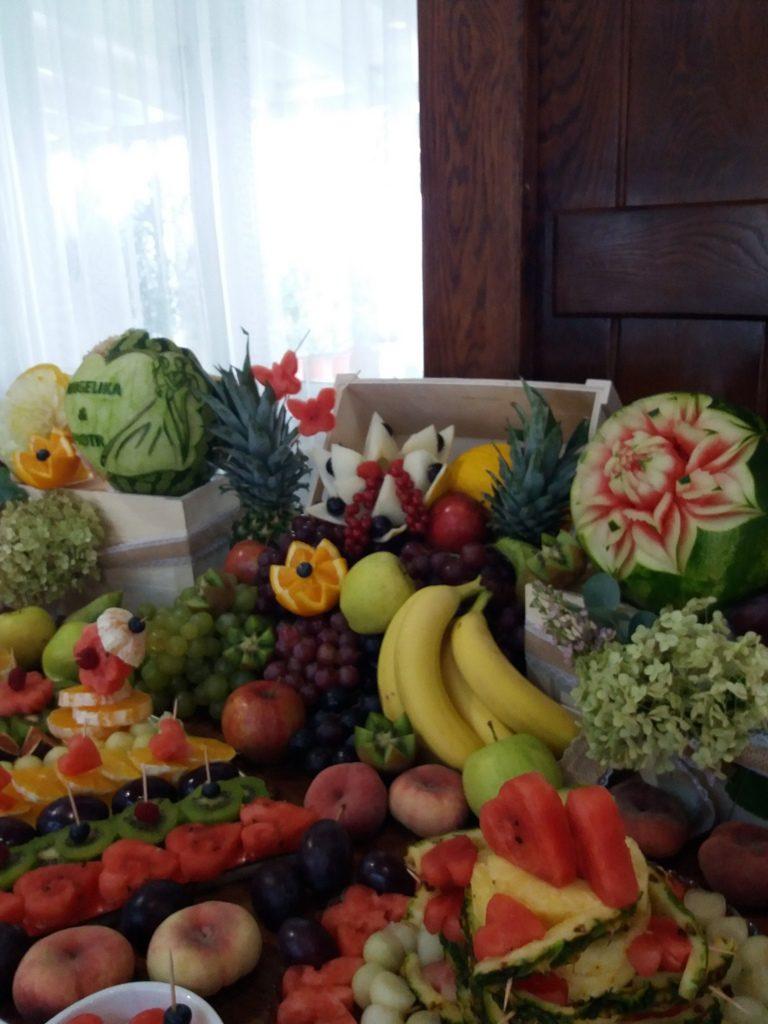 dekoracje owocowe, stół owocowy, fontanna czekoladowa, palma owocowa, fruit carving, fruit bar, rustykalny Kalinka Przymiarki