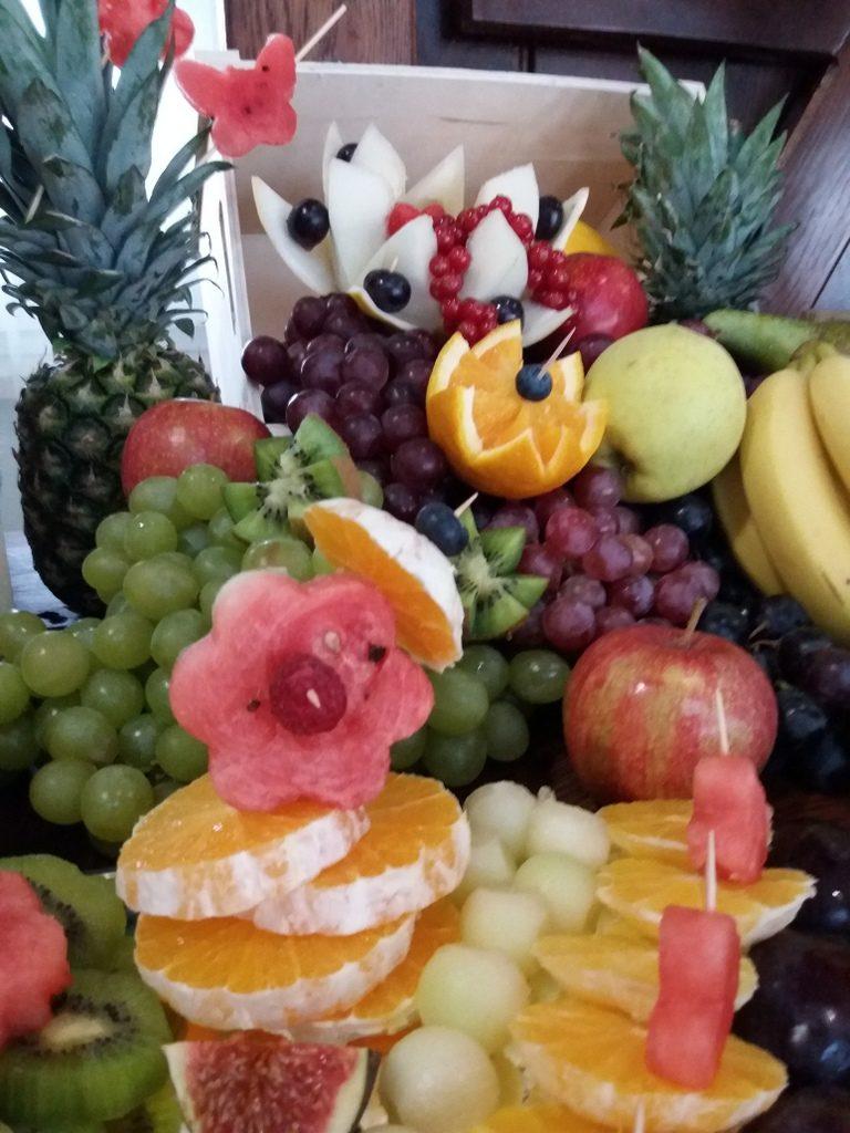 dekoracje owocowe, stół owocowy rustykalny, fontanna czekoladowa, palma owocowa, fruit carving, fruit bar Kalinka Przymiarki, Łódź