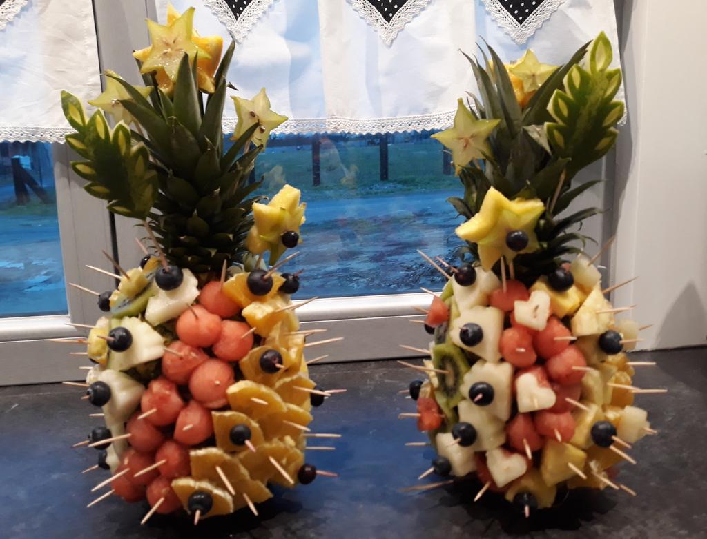 dekoracyjne ananasy na stół, owoce na imprezę