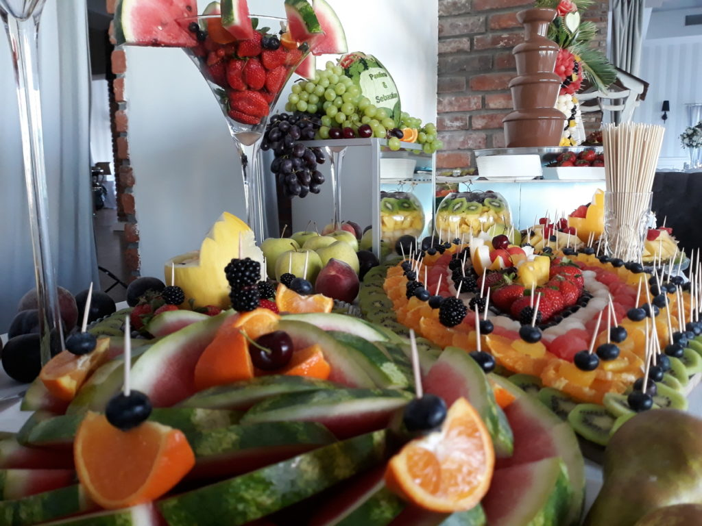 fruit carving, fruit bar, fontanna czekoladowa, palma owocowa, stół owocowy, dekoracje owocowe, bufet owocowy