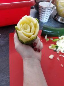 warsztaty dekracji owocowych, warsztaty fruit carving, rękodzieło, motyw róży w cukinii, warsztaty,