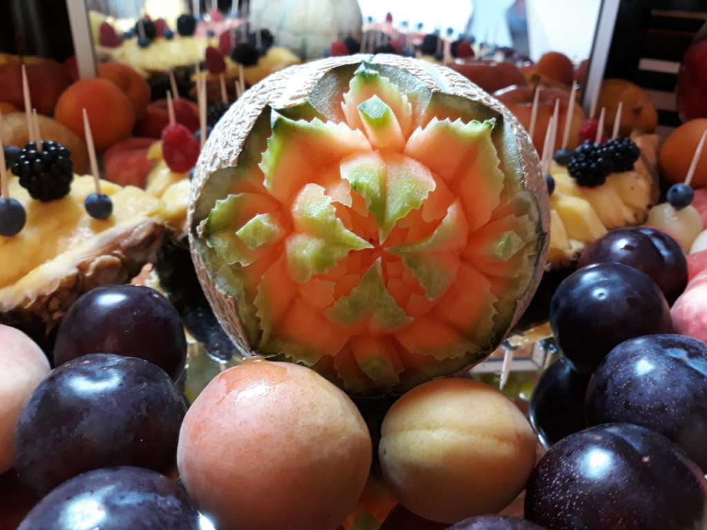 dekoracje owocowe, stół z owocami, fruit bar, fruit carving, fontanna czekoladowa Wrocław