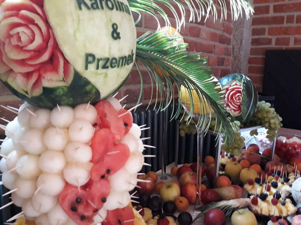 stół z owocami, fruit bar, fruit carving, dekoracje owocowe, fontanna czekoladowa Wrocław