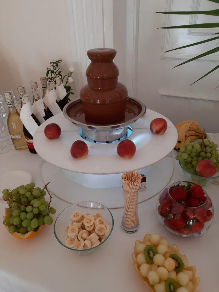 fontanna czekoladowa, fontanna z czekolady, owoce i czekolada, atrakcje na wesele Biały Pałac Konstantynów Łódzki