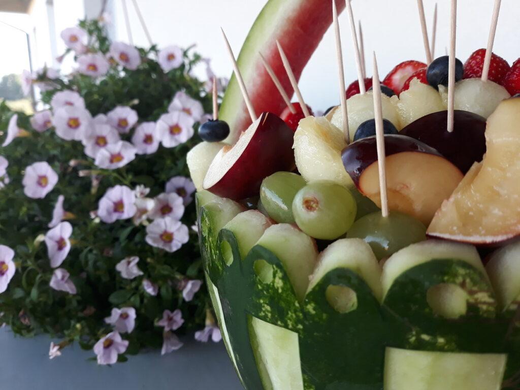 kosz owocowy z arbuza, fruit carving na komunię Skansen Bicz, dekoracje owocowe