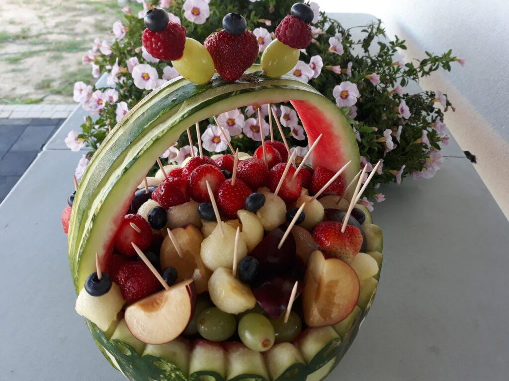 kosz owocowy z arbuza, fruit carving na komunię Skansen Bicz, dekoracje owocowe, fruit bar